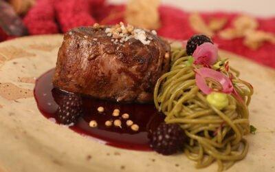 Filete en Salsa de Moras con Pasta Fresca de Espinaca y Cebollitas Encurtidas