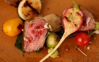Lomo de vacuno en pimienta rosada acompañado de vegetales asados